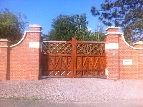 wooden-estate-gates